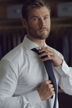 If you want hairstyles like Hemsworth then here we have collected a large number of hairstyles to choose from. There are various types of Chris Hemsworth haircuts available. Chris Hemsworth Thor, Chris Hemsworth Sem Camisa, Hemsworth Brothers, Sexy Men, Hot Men, Trending Haircuts, Hot Actors, Mode Outfits, Male Fitness