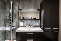 Une superbe #salledebain fait par des entrepreneurs de #RenoAssistance. #rénovation #bathroom #charcoalbathroom #salledebainmoderne Double Vanity, Bathroom Lighting, Mirror, Furniture, Home Decor, Design Ideas, Bathroom Modern, Bathroom Light Fittings, Bathroom Vanity Lighting