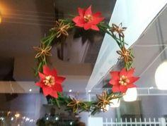 Guirlanda feita com Hashis Reciclados e flores de rolo de papel higiênico - decoração de Natal Japa Full Sushi