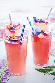 Edible flowers for drinks and Cocktails. Fancy Drinks, Summer Drinks, Cocktail Drinks, Cocktail Recipes, Lemonade Cocktail, Drink Recipes, Flower Food, Edible Flowers, Detox