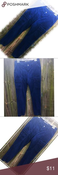 """Old Navy Rock Star Cargo Crop Pants SZ8 Stylish Old Navy Cargo Crop Pants SZ8. Great used condition and just so cute & comfy! 15.5"""" waist 8"""" Rise and 29"""" L Old Navy Pants Ankle & Cropped"""