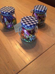 Potjes Feest ! Om op een leuke manier iemand te feliciteren !!   Doe wat serpentine , confetti , fluitje en wat ballonnen in een leuk potje en je hebt een feestpotje !!