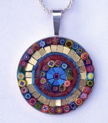 A new mosaic or mosaic jewelry piece five days a week. Mosaic Diy, Mosaic Crafts, Mosaic Projects, Stained Glass Projects, Mosaic Ideas, Mosaic Designs, Fused Glass Art, Mosaic Glass, Red Fascinator
