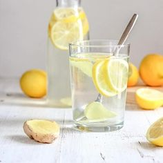 Start your day with body cleansing lemon ginger water! A simple yet powerful detox will help you get rid of toxins and boost immune system. Citrus Recipes, Water Recipes, Detox Recipes, Detox Cleanse Water, Detox Waters, Body Cleanse, Lemon Ginger Water, Lemon Health Benefits, Water Benefits