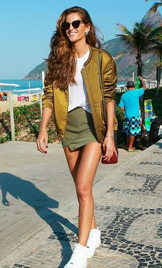O look completo da Izabel no Rio!💫 Amei o mix fashion de óculos de gatinha + jaqueta bomber brilhante, blusa básica e saia assimétrica curtinha + tênis branco. #creative #fashion #style #izabelgoulart