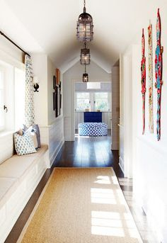 One essential accessory for a hallway in a home is the hallway runner. A hallway runner can be an ideal decorating tool. Flur Design, Hall Design, Luxury Interior Design, Interior Exterior, Halle, Hallway Runner, Hallway Bench, Upstairs Hallway, Hallway Seating
