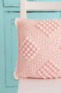 Crochet Pillow Patterns Part 12 - Beautiful Crochet Patterns and Knitting Patterns Crochet Pillow Cases, Crochet Cushion Cover, Crochet Pillow Pattern, Crochet Cushions, Pin Cushions, Plaid Au Crochet, Bobble Stitch Crochet, Diy Crochet, Knitting Patterns