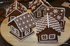 Cool Gingerbread Houses, Christmas Gingerbread House, Christmas Ornaments To Make, Christmas Cupcakes, Christmas Decorations, Xmas, Holiday Decor, Royal Icing, Holidays And Events
