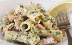 Pasta fredda con zucchine, salmone e yogurt - La pasta fredda con zucchine e salmone è quasi un classico, ma l'aggiunta dello yogurt e l'aroma dell'erba cipollina lo rendono un piatto freddo speciale.