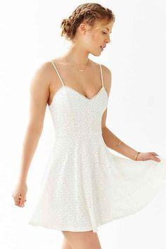 El vestido es blanco. El es adornado!!!