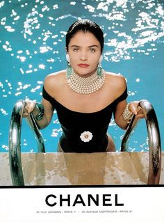 Jewelry for the pool 💦💎💍 … Helena Christensen, Chanel. Photography by Karl Lagerfeld. Helena Christensen, Chanel Vintage, Chanel Fashion, 90s Fashion, Fashion Beauty, Fashion Vintage, Fashion Dresses, Coco Chanel, Chanel Pearls