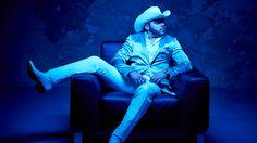 El dos veces nominado al Grammy, Gerardo Ortiz, comenzó revolucionando el género de los corridos y ahora ha logrado no solo alterar el panorama regional mexicano, sino también el de la música latina en general. Sus temas son modernos, con arreglos musicales frescos y letras sorpresivas y rompedoras… Sin embargo, la historia de su propia