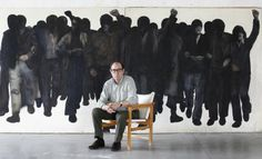 Rafael Canogar con el cuadro perdido en 1977 y reaparecido ahora