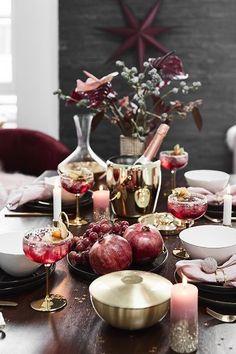 An dieser wunderschönen Weihnachtstafel stimmt einfach jedes Detail! Rosa & goldene Akzente sorgen für einen eleganten Feinschliff. Unser Highlight? Die stylischen Champagnerschalen Gatsby !  // Dekoration Esszimmer Weihnachten Weihnachtsdeko Weihnachtstafel Tischdeko Weihnachtsbaum Ideen Tischdecken Vase Blumen Party Skandinavisch Modern Geschirr DIY Silvester Deko Dekoration Winter #Esszimmer #Esszimmerideen #Tischdeko #Weihnachtsdeko #Weihnachten #Skandinavisch