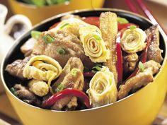 Chicken and corn with egg rolls Chicken Stir Fry, Fried Chicken, Fry Baby, Creamed Corn, Egg Whisk, Egg Rolls, Wok, Pasta Salad, Fries
