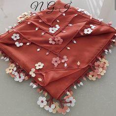 @ignelidusler 👈 #hayirligeceler #igneoyasimodelleri #sunum #elemeği #göznuru #ceyizlik #havlu #moda #cool #mutfakhavlusu #namazörtüsü… Crochet Round, Free Crochet, Stitch Patterns, Crochet Patterns, Different Stitches, Moda Emo, Hand Embroidery Stitches, Scarf Jewelry, Needle Lace