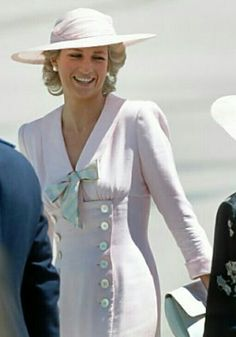 This dress has a very retro air - could be styled 30s/40s/50s. As worn by Princess Diana on a 1988 tour of Australia - repinned