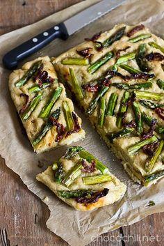 Asparagus and Sun-dried Tomato Focaccia // chocochili.net Vegan Bread, Vegan Food, Daily Bread, Vegetable Pizza, Asparagus, A Food, Zucchini, Vegan Recipes, Baking