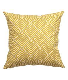 Gelb. Kissenhülle aus Baumwolle mit Musterdruck auf der Vorderseite und einfarbiger Rückseite. Verdeckter Reißverschluss.