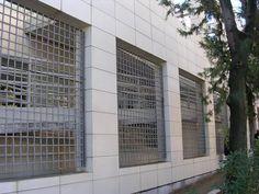 Ventanales enrejados Garage Doors, Outdoor Structures, Outdoor Decor, Home Decor, Trellis, Bay Windows, Urban Landscape, Cities, Scenery