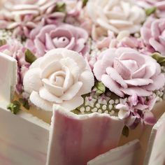 A Yule Log Cake is a traditional Christmas dessert that's beautifully decorated with ivory-tinted icing and decorated with icing roses, carnations, pine and holly. Rose Icing, Icing Flowers, Buttercream Flowers, Buttercream Frosting, Deco Cupcake, Cupcake Cakes, Cupcake Piping, Cake Decorating Piping, Cookie Decorating