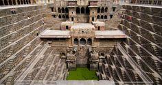 Essa construção geométrica com profundidade de 20 metros possuí 11 níveis de escadas e foi projetada 800 D.C pra funcionar como um reservatório de água. É cerca de 5 a 6 graus mais frio do que no nível do solo. O local também foi usado como um local de encontro para moradores durante os períodos de calor intenso. Chand Baori | Índia