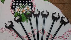 Lembrança de lápis com chifre da malévola acompanha o lápis preto ou a cor que combinarmos.