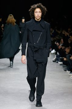 For Fall/Winter 17, Yohji Yamamoto and adidas explore the relationship between nature and technology. Presented through the lens of a 'digital forest', a lighting concept of dappled shadow sharply contrasting with vivid, uniform light brought the theme to life. The... »