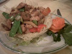 Restaurantes en Caracas » Chef Chino – El Bosque – Pollo en su nido Pasta Salad, Chicken, Ethnic Recipes, Food, Plate, Caracas, Woods, Chinese, Restaurants