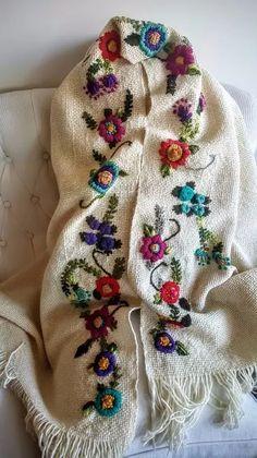 ruana/ manta / poncho bordada a mano Crochet Leaf Patterns, Crochet Leaves, Crochet Borders, Embroidery On Clothes, Folk Embroidery, Crochet Poncho, Hand Designs, Needlepoint, Needlework