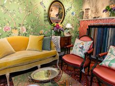 Chairish Joins de Gournay and Jonathan Rachman For A Chic Tea Tiny Living Rooms, Family Rooms, Chic Wallpaper, Stunning Wallpapers, Small Apartments, Room Colors, Interior Design Inspiration, Chairs, Sofa