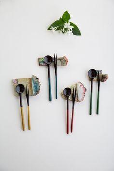 반짝 반짝 빛나는 Chopstick Holder, Chopstick Rest, Ceramic Spoons, Ceramic Art, Bamboo Design, Pottery Designs, Chopsticks, Japanese Design, Clay Art