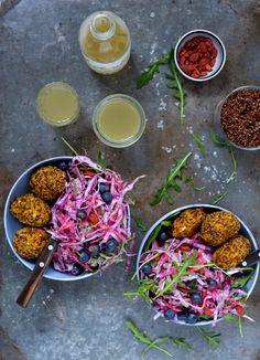 Gulerodsfrikadeller og lilla spidskålssalat til aftensmad i dag og frokost imorgen. Frikadeller er altid et hit - også når de lavet af gulerødder og quinoa.