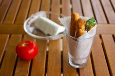 Σε ένα μπλέντερ χτυπάμε τις ντομάτες με το αλάτι, το ελαιόλαδο και τη ρίγανη. Ρίχνουμε το μείγμα σε ένα μπολ, προσθέτουμε το νερό και ανακατεύουμε καλά. Προσθέτουμε το αλ... Good Food, Yummy Food, Yummy Recipes, Mediterranean Recipes, Feta, Cooking Time, Healthy Snacks, Breads, Health Snacks
