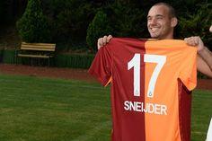 Burak Yılmaz, takım arkadaşı Wesley Sneijder'a üzerinde Hollandalı yıldızın isminin yazılı olduğu 17 numaralı Galatasaray forması hediye etti.