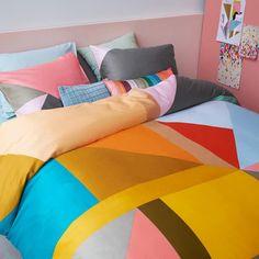 Het Barbados dekbedovertrek van Beddinghouse is een ware kleurexplosie! Het grafische dessin vol vlakken heeft diepe kleuren die je slaapkamer omtoveren tot een vrolijk geheel. Door het gladde katoensatijn voelt Barbados heerlijk zacht aan.