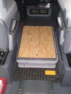 Petites combines pour MP Caisse Rako entre les sièges avant avec planche ajustée qui sert de marche pied et de planche a pain !pratique pour ranger les câbles, ipad ...