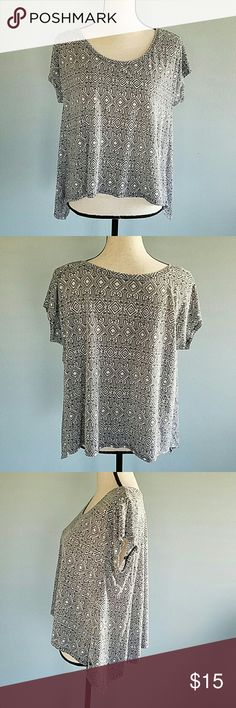 A&E Black and White Shirt This is a cute top in excellent condition. Sides are longer then the front and back. 60% polyester 30% viscose American Eagle Outfitters Tops Tees - Short Sleeve