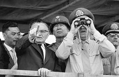 A ditadura militar no Brasil - Brasília, 31 de março de 1964 Os generais Castelo Branco (2º à esq.) e Costa e Silva (binóculo) observam as tropas saídas de Minas Gerais e São Paulo que avançam sobre a capital federal. Fonte: Estadão Conteúdo