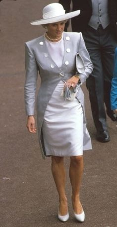 Wearing a beautiful dove-grey coat over a white linen shift by Catherine Walker, Princess Diana wowed them at Ascot Racecourse. A white hat by Philip Somerville completed the outfit. This dress and coat ensemble is one of Princess Diana?s best looks and Princess Diana Fashion, Princess Diana Family, Royal Princess, Princess Of Wales, Lady Diana Spencer, Catherine Walker, Royal Ascot, Royal Fashion, Nice Dresses