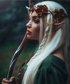 Het is een elf (die komt voor in het boek).  Elven warrior photo by @shelbyrobinsonphotos. Crown, mua, model: myself…