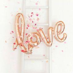 Ballon LOVE cuivré pour une décoration glitter et romantique. Idéal pour tous vos évènements: anniversaire, mariage, baptême, babyshower...et St-Valentin ! #love #ballon #balloon #copper #cuivré #amour #birthday #wedding #deco #glitter #retro #romantique #stvalentin #valentinesday #savethedeco Ce ballon LOVE vous attends sur www.savethedeco.com
