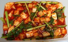 여름이 되면 넉넉히 담가 둔 김장 김치가 서서히 바닥을 드러내요. 그럼 주부님들은 김장 김치를 대체할 다양한 여름김치를 담그기 시작하는데요. 보통 대표적인 여름 김치하면... 열무김치, 얼갈이배추 김치, 다.. Kimchi, Korean Food, Food Items, Food Plating, Kung Pao Chicken, Cooking Tips, Good Food, Health, Ethnic Recipes