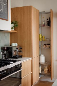 Here are the Retro Mid Century Kitchen Design Ideas. This article about Retro Mid Century Kitchen Design Ideas was posted … Kitchen On A Budget, New Kitchen, Kitchen Decor, Kitchen Ideas, Orange Kitchen, Kitchen Craft, Kitchen Pantry, Beautiful Kitchens, Cool Kitchens