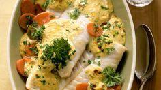 Durch die würzige Senfsauce erhält der leichte Fisch ein ganz besonderes Aroma: Seelachs überbacken auf Senfmöhren | http://eatsmarter.de/rezepte/seelachs-ueberbacken-auf-senfmoehren