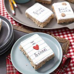 Back to School Rice Krispy Treats. Start the school year off on a sweet note, with an easy cereal treat that's sure to get the kids' attention. Use one of our fun messages or create your own, personalized with your prized pupil's name! School Cupcakes, School Cake, School Treats, School Snacks, Class Snacks, Wilton Cake Decorating, Cake Decorating Tools, Cookie Decorating, Rice Crispy Treats