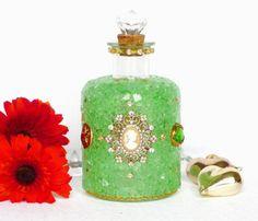 ♥ Mit viel Sorgfalt und Liebe zum Detail habe ich auf diesen Deko Artikel grünes Crackle Mosaik Glas, zwei Vintage Broschen ( Schmuck ), Knöpfe, glitzernde Strass Steinchen, eine goldfarbene Kette einzeln aufgetragen. Die Deko Flasche mit Kristall und Korken ist ein edles Unikat, schimmert und funkelt edel und ist ein handgefertigter Eyecatcher;   Der Deko Artikel eignet sich z.B. als hochwertiges Geschenk zur Hochzeit, Geburtstag, für die beste Freundin, Ehefrau, Tochter, Schwester usw.
