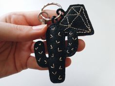 Porte-clé cactus diamant géométrique or par PinnsvinStudio sur Etsy - cactus geometric diamond embroidery felt Hand-made #cactus # diamond #garden #embroidery #urban #tropical #house #pinnsvinstudio