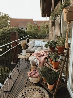 Gemütlicher Balkon mit DIY-Palettenmöbeln On this balcony from toni_and_telli you can fully enjoy th Small Gardens, Outdoor Gardens, Elsie De Wolfe, Diy Pallet Furniture, Balcony Garden, Balcony Ideas, Amazing Gardens, Diy Home Decor, Outdoor Decor