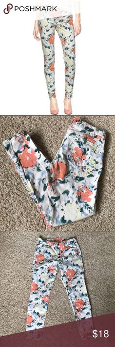"""GAP floral legging jean skinny cropped, size 29 Floral print skinny stretch """"legging jean"""" from GAP. Shorter Ankle/skimmer length. Size 29 regular, please see measurements below. 97% cotton, 3% spandex. Gently worn, with slight signs of normal wash and wear. No notable flaws.  Measurements taken across front with garment lying flat. Waist: 15.5"""" Rise: 8.5"""" Inseam: 27"""" GAP Jeans Skinny"""
